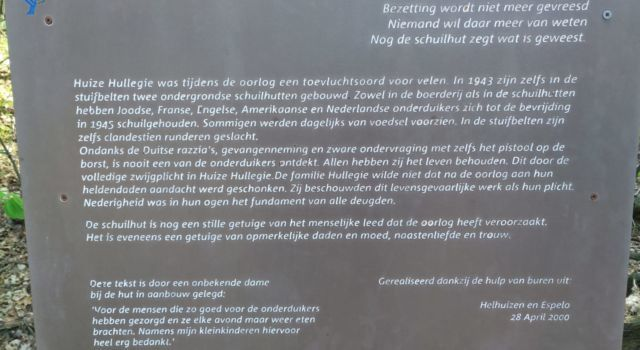 Plaquette bij de ingang van de onderduikershut in Helhuizen